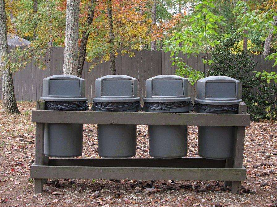 Conjunto de contedores para la gestión de residuos.