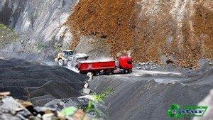 Camiones recogiendo áridos en cantera.